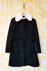 Manteau Astraka, manches longues. Col en fourrure. Se ferme