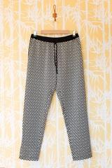Pantalon imprime, taille elastique avec lien. Une poche de