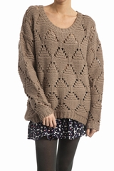 Pull ajouré, manches longues, col rond. 40% polyester, 30%