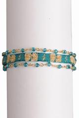 Bracelet coton et pierre. Se ferme avec un fermoir.