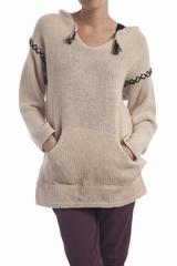 Le pull Jasmine Soeur est un pull long à un col V avec une