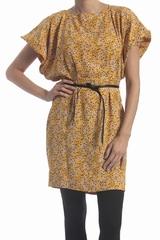 La robe liberty See By Chloé est une robe courte imprimée