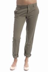 Pantalon 4 poches et des passants pour la ceinture. Se ferme