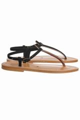 Sandale plate avec une lanière entre les orteils. Se ferme
