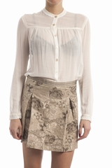 Chemise brodee, col rond, manches longues. Se ferme avec 7
