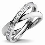 Bague acier, anneaux entrelacés Un anneau acier lisse Un