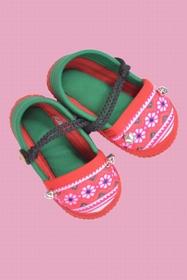 chaussons 9-12 mois. motif et coloris aléatoires. fabriqués