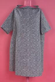 Robe large , une poche en biais devant et une dos . tissu