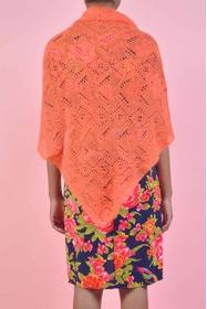 châle léger tricoté ajouré comme une dentelle. forme