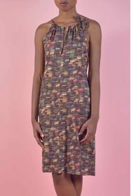 Elégance et fluidité de cette robe sans manches imprimée