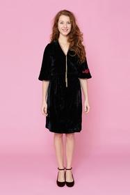 Très jolie robe cache-coeur en velours noir brodé. Col