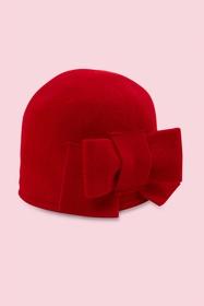 petit chapeau en laine feutrée avec noeud sur le côté.
