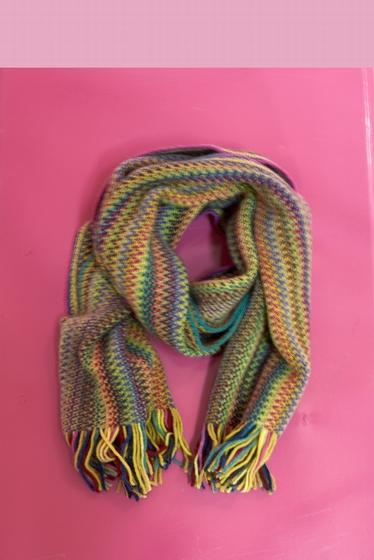Écharpe douce et colorée. <br><br> Pour un total look coloré