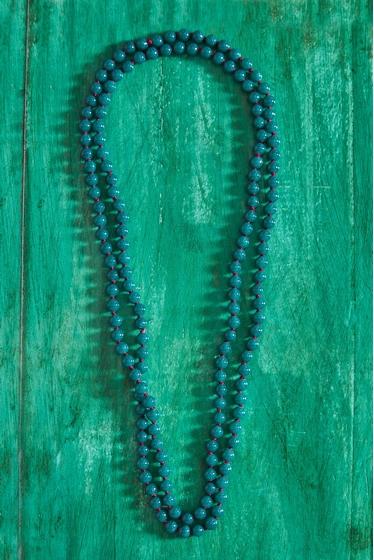 long collier fait de véritables perles de verre , aux