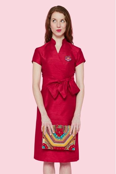 Robe cache-coeur, col à la chinoise. sobre et élégante qui