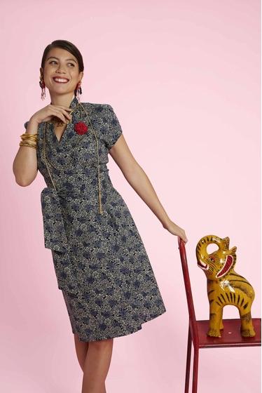 Jolie robe cache-coeur à motifs, col mao et manches courtes.