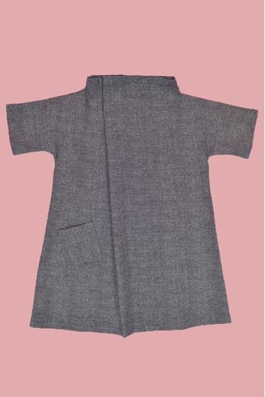 Robe large avec une poche devant et une dos, détail amusant.