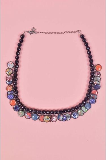 collier fantaisie en zamac et perles de résine. fermoir en