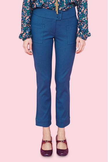 Pretty 7/8 trousers with 2 buttons wide belt. 2 front
