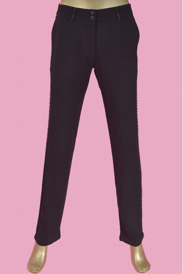 Light trousers in viscose crepe. 2 buttons fastening, 2