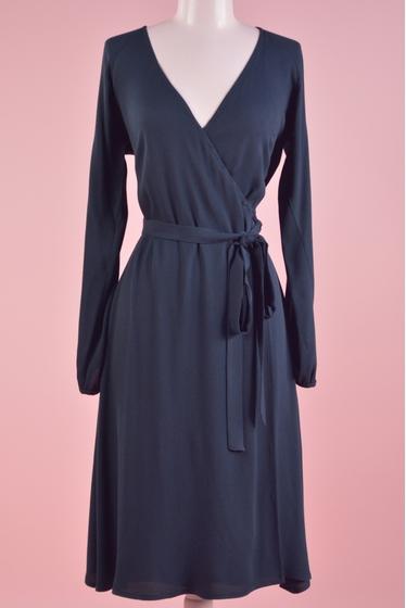 Une robe cache-coeur au tombé élégant, manches longues,