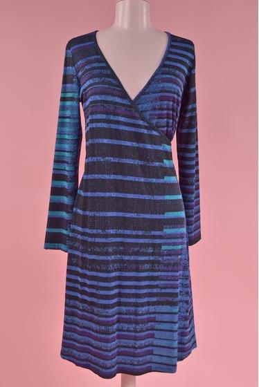 Robe féminine cache-coeur très facile à porter. Idéale avec