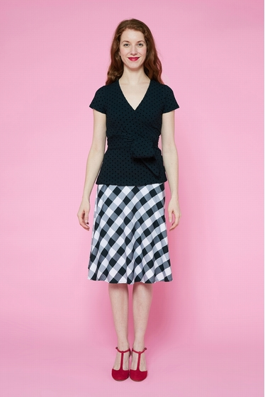 Mid-length skirt with black and white patterns. Zip closure