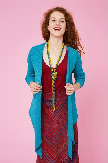 Delicate and fine stitches cardigan. V-crossed collar and