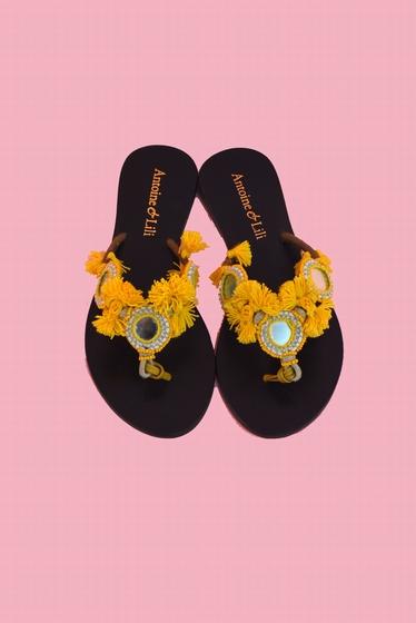 Sandales à pompons. Semelles en cuir. Elles existent en