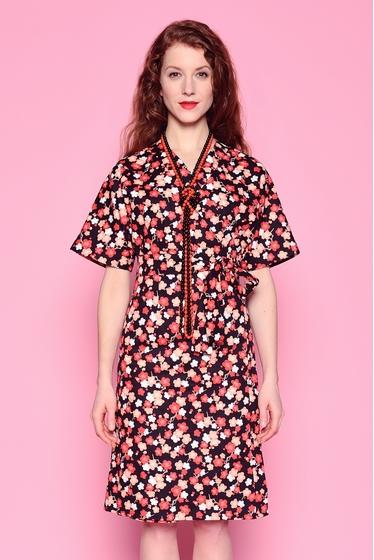 Robe large d'inspiration japonaise à motifs fleuris,