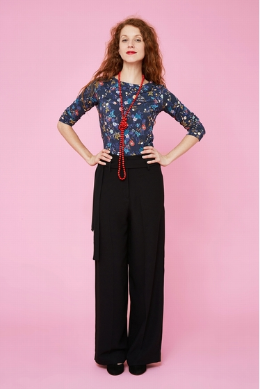 Wide and fluid hight waist trousers. 2 pockets and links to
