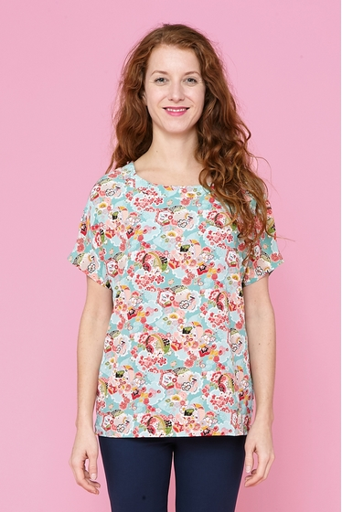 Nice top with floral and inspired to japan patterns, 100%