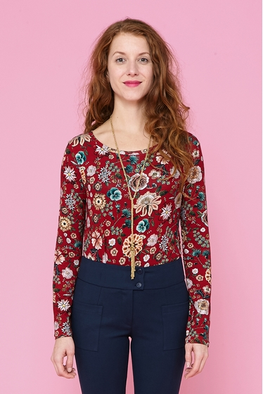 Nice jersey t-shirt with flowers patterns. boat neck and