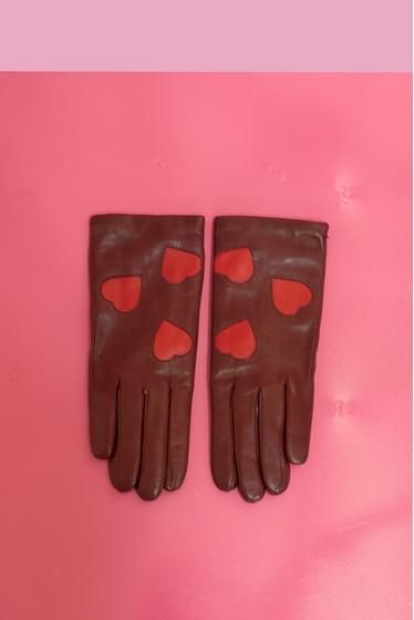 Confectionnés en cuir infiniment souple, ces gants arborent