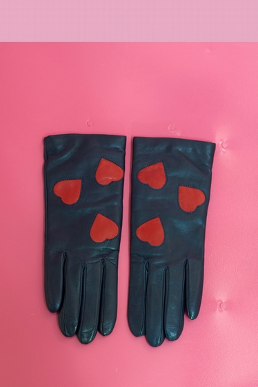 Made of infinitely soft leather, these gloves have 3 nice