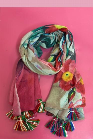 Flower pattern scarf. <br> Pompons at the base. <br><br>