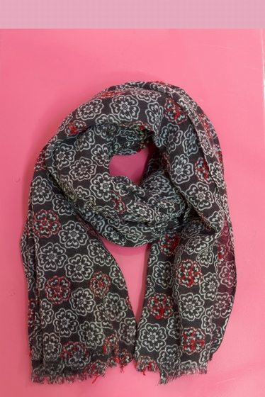 Flower pattern scarf <br> Contrasting embroideries.<br>
