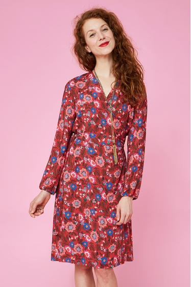 Fluid and light crossed dress with floral patterns.