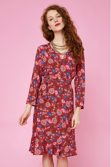 Fluid and light dress with floral patterns. Tunisian neck