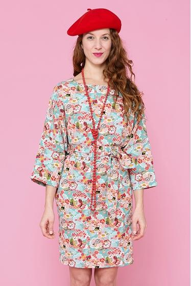 Robe large d'inspiration japonaise à motifs fleuris, pouvant