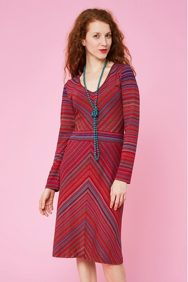 Nice close fitting dress with fantasy patterns, v-neck and