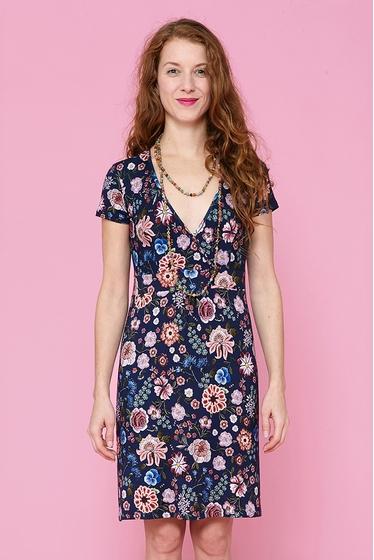 Jolie robe en jersey à motifs fleuris. Col V et manches