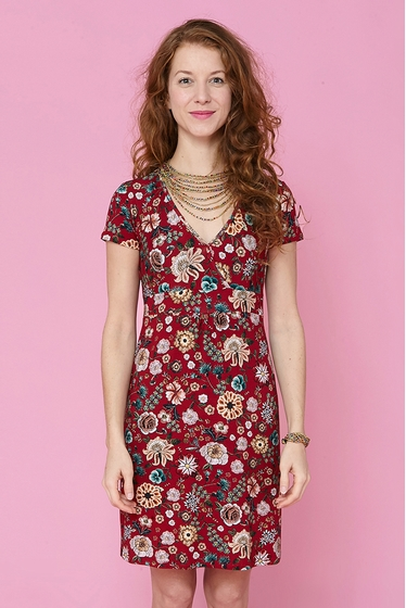 Pretty jersey dress with flowers pattern. V-neck and short