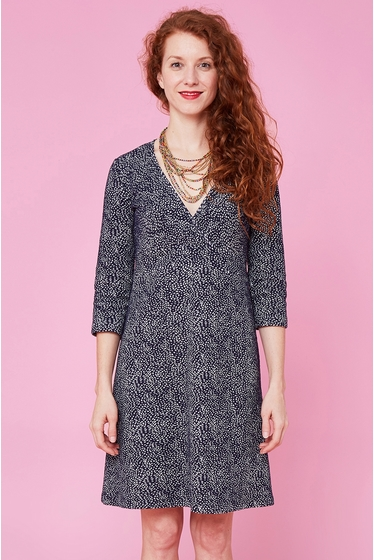 Nice dress with fantasy pattern. V-neck and 3/4 sleeves.<br>
