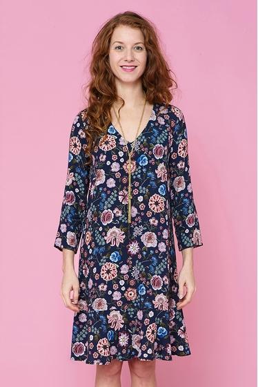 Pretty flowery pattern dress, flying hem, v-neck and 3/4