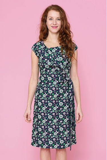 Pretty crossed dress with flowers pattern. Waist integrated