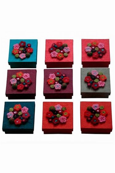 Flower box in random color. Size: 8,5x8,5x3,5cm.