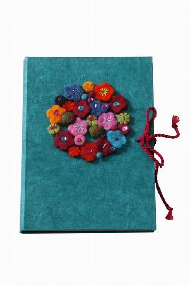 Carnet fleuri, couleur aléatoire. Taille 15X21cm.
