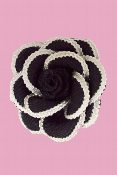 Romantic and delicate, this beautiful brooch takes the form