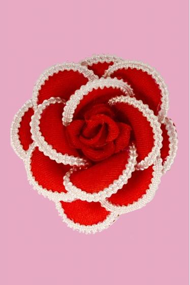 Romantique et délicate, cette magnifique broche prend la